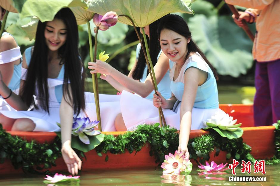 """""""Fairies of lotus flower"""" attract tourists' attention in S China's Guangdong"""