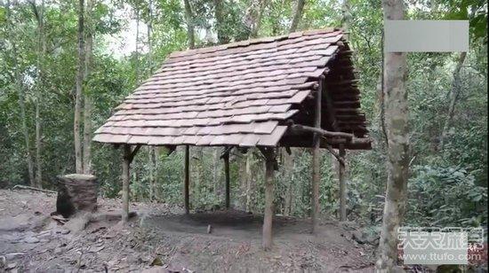 男子被困原始森林 徒手打造别墅