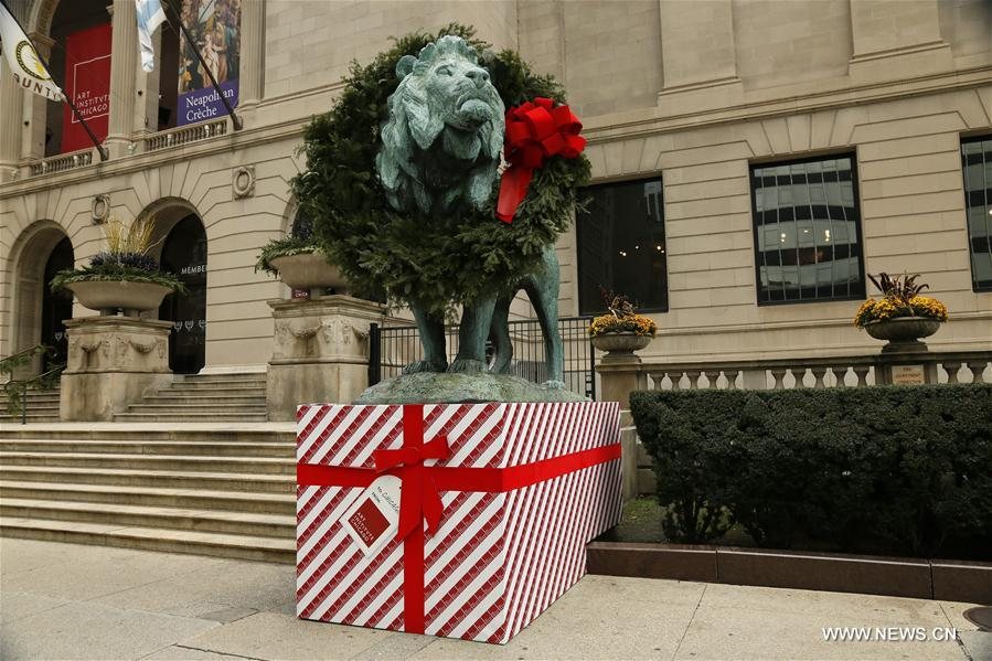 U.S.-CHICAGO-LION STATUES-CHRISTMAS DECORATIONS