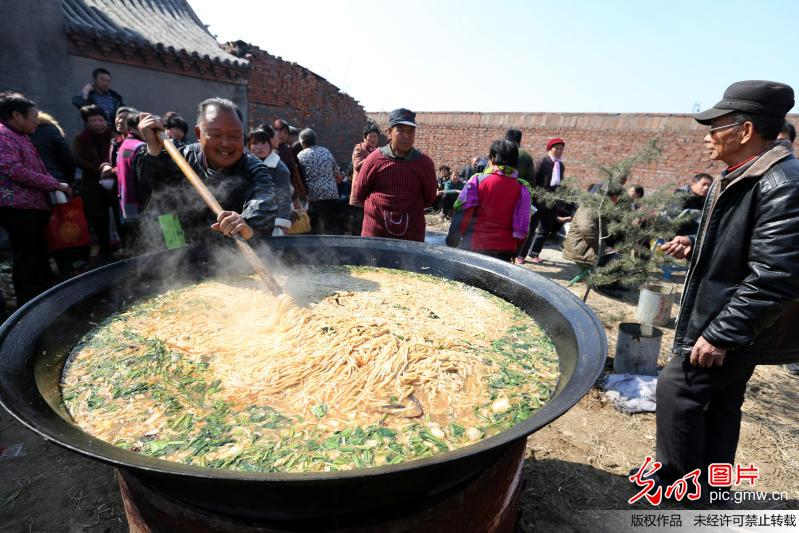 Over 1,000 villagers enjoy giant pot of noodles for good fortune in C China's Henan
