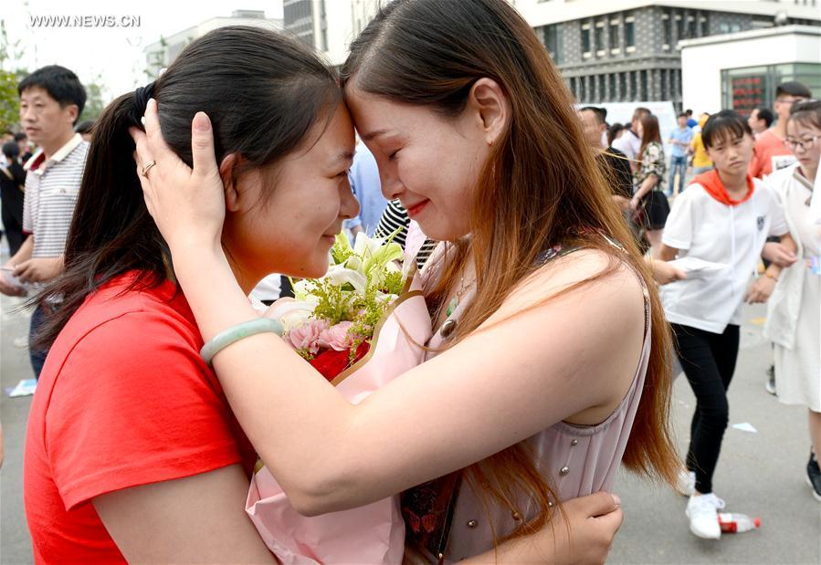 #CHINA-COLLEGE ENTRANCE EXAM-PARENTS-HUG (CN)