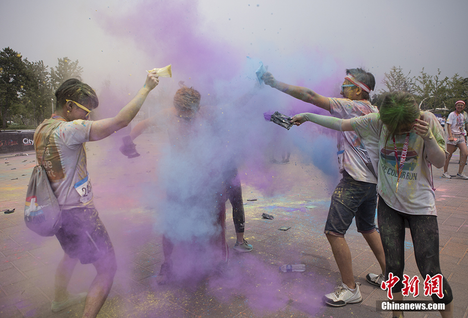 People take part in Color Run in Fengtai garden expo park