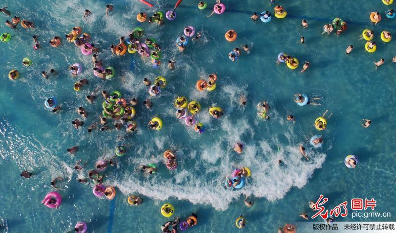 People enjoy summer leisure in Yangzhou