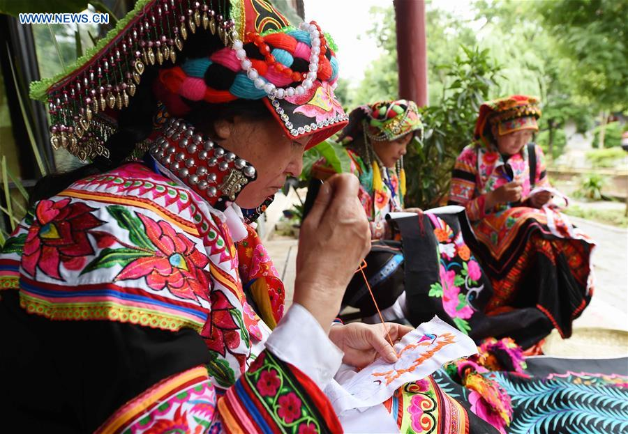 CHINA-YUNNAN-YI ETHNIC GROUP-EMBROIDERY (CN)