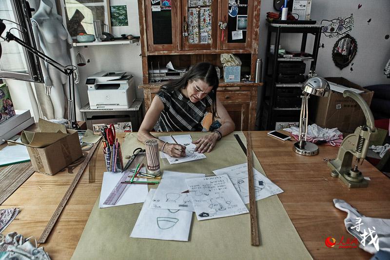 Barbara draws fashion sketches. [Photo: ln.people.cn]
