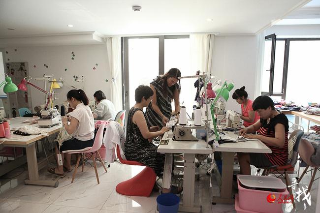 Barbara works in her studio. [Photo: ln.people.cn]