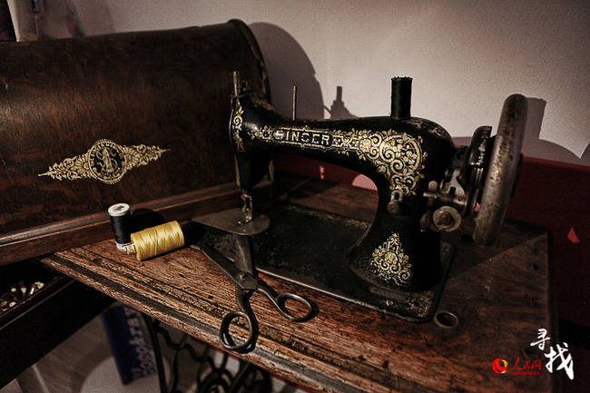 Barbara's old sewing machine and scissors [Photo: ln.people.cn]
