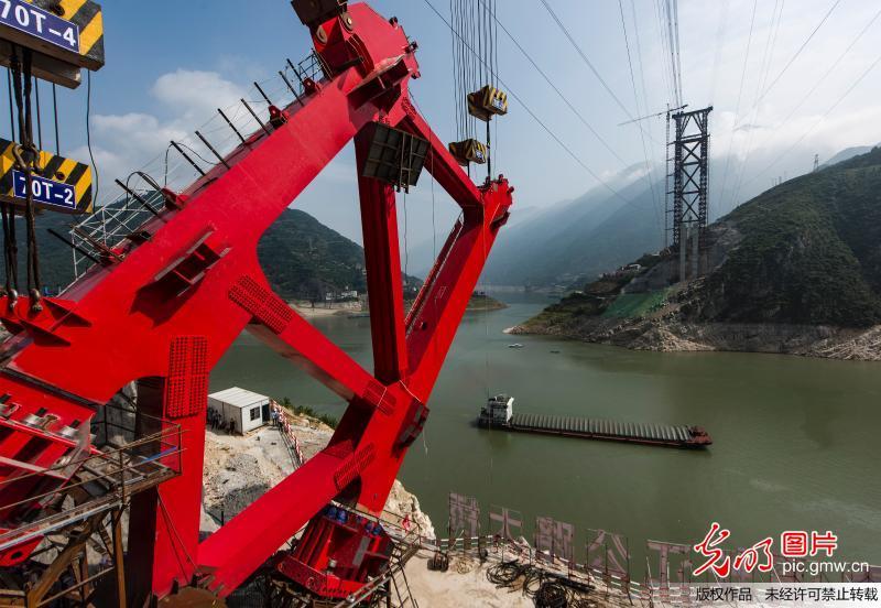 长江三峡香溪长江大桥主拱首节段吊装到位