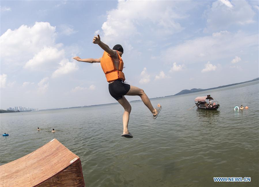 CHINA-WUHAN-DONGHU LAKE-JUMP (CN)