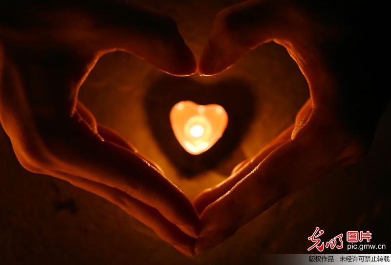 烛光祈福地震灾区:同胞加油
