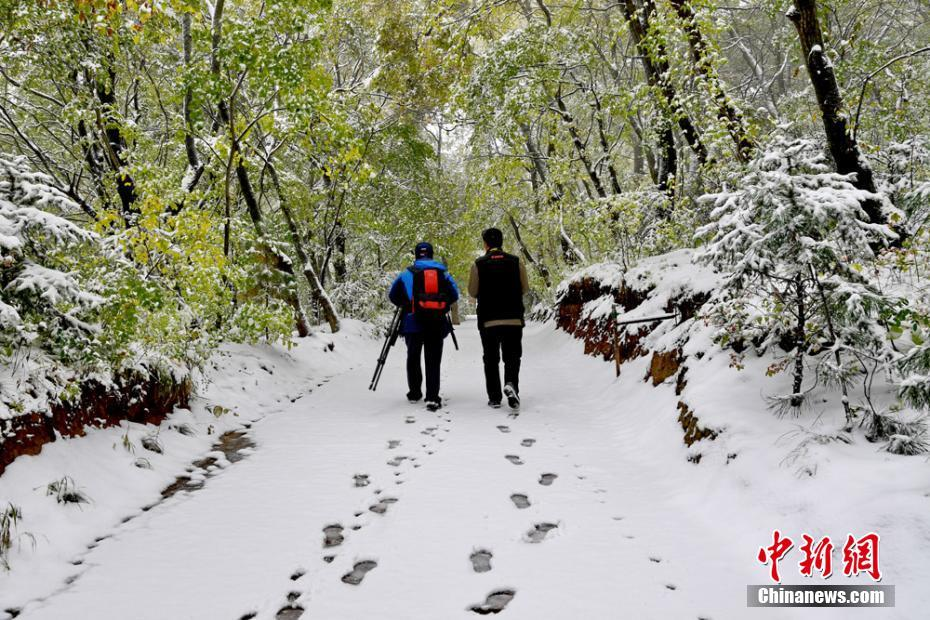 Kongtong Mountain sees first snowfall in this autumn in NW China's Gansu