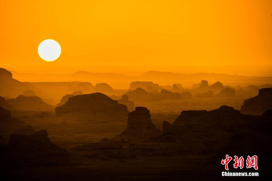 Amazing scenery of setting sun and moon in NW China's Gansu Province