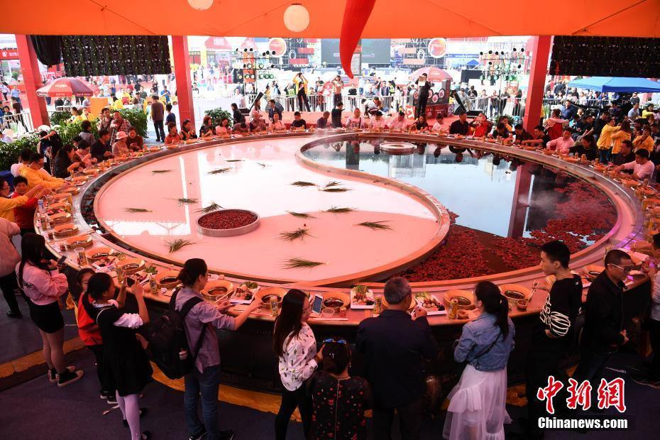 Giant hot pot seen at food festival in SW China's Chongqing