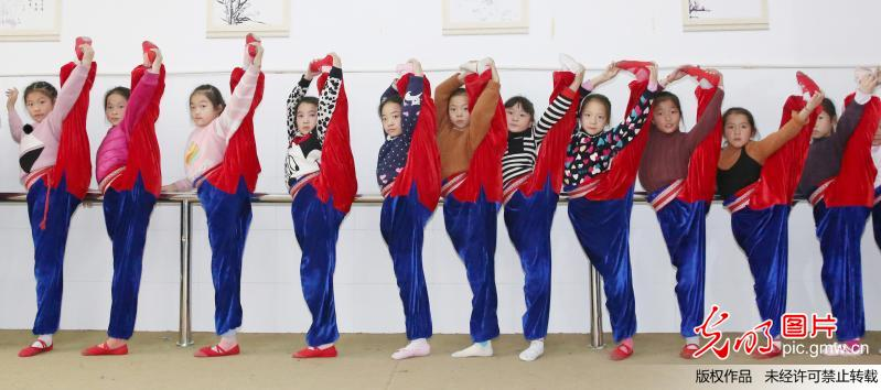 Pupils of Xichang Elementary School learn Peking Opera