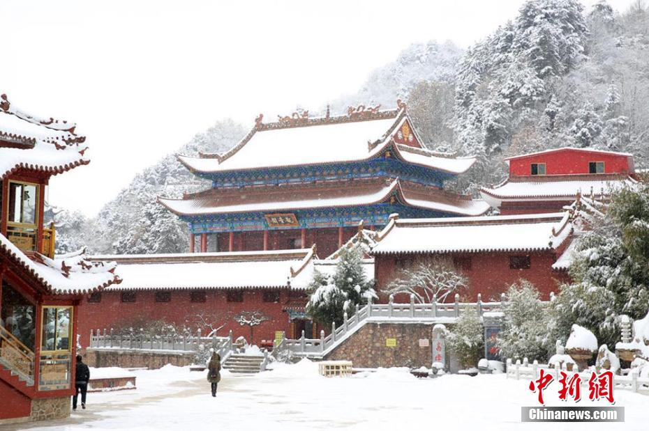 A visit to Jingtu Temple after snowfall in NW China's Gansu Province