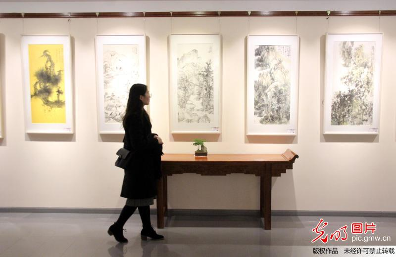 Teachers and students' art works exhibited in E China