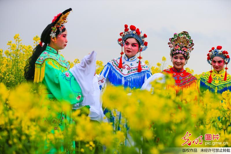 Peking Opera fans in costumes pose for photos in C China's Hunan Provicne