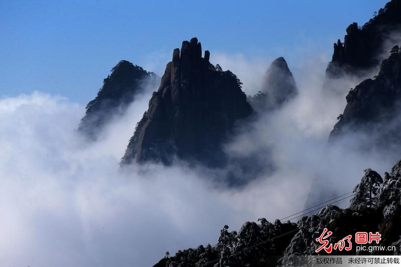 Scenery of sea of clouds seen at Huangshan Mountain, E China