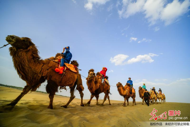 Mingsha Mountain in Dunhuang attracts tourists