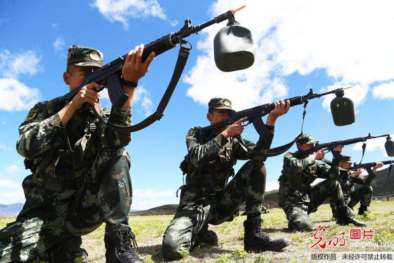 Soldiers train to shoot in China's Yunnan