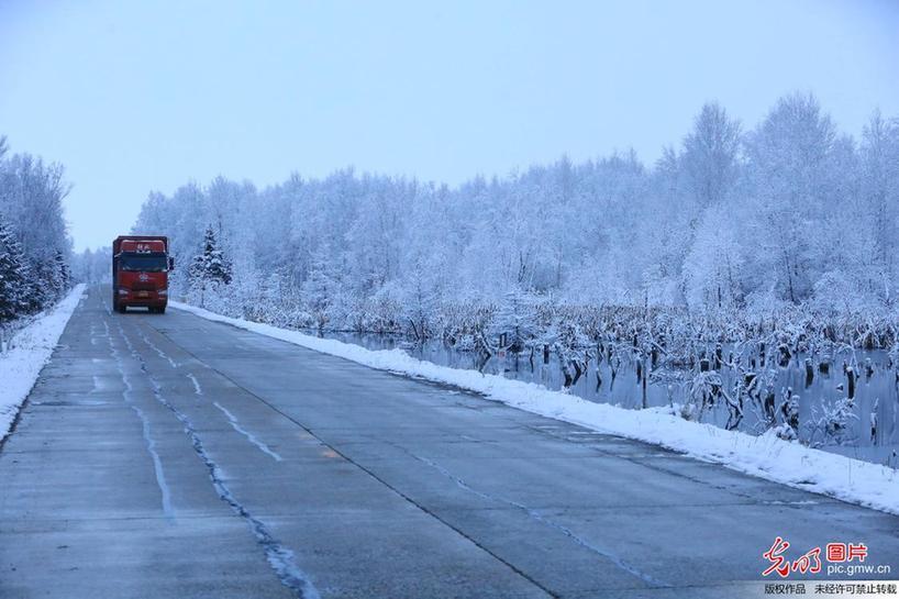 黑龙江现百余公里冰雪乡村公路