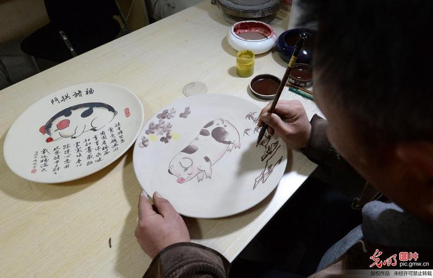 """""""萌猪""""瓷器生产忙"""