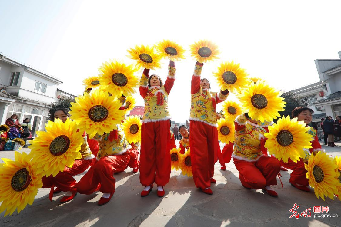 People greet Spring Festival in China's Jiangxi province