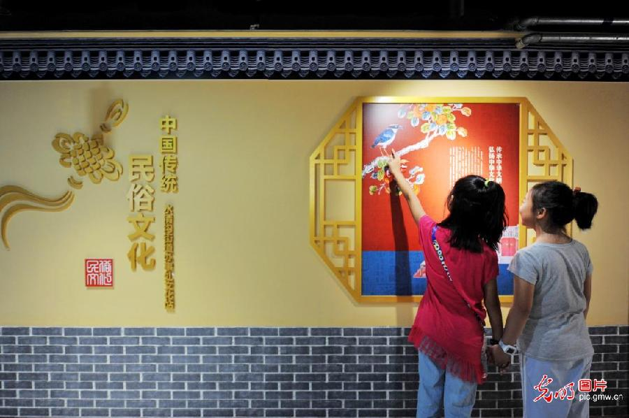 Students study Chinese folk culture during summer vacation