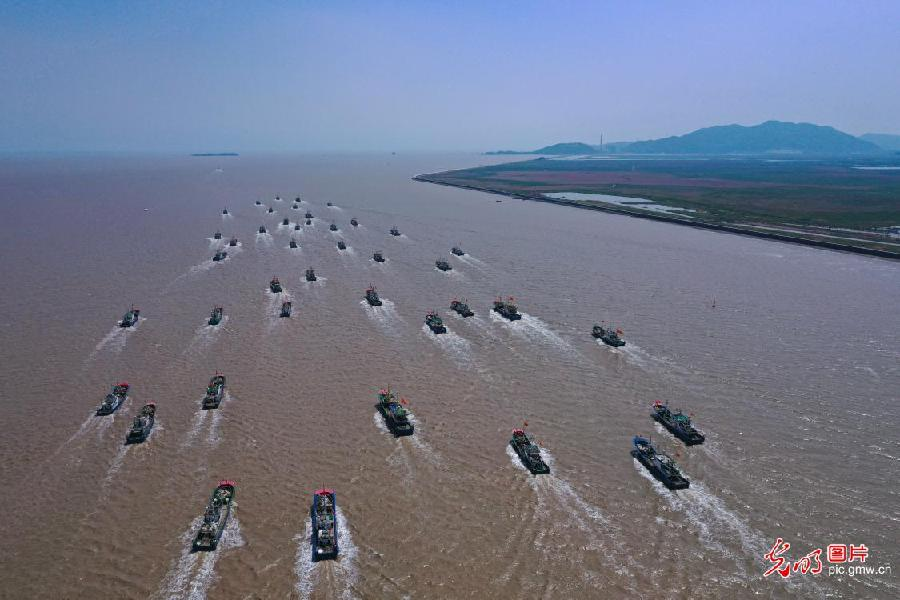 Boats sail in sea with fishing ban lifted in E China's Zhejiang