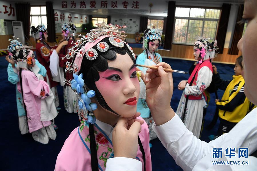 (社會)(6)山東青島:京劇進校園 國粹有傳承