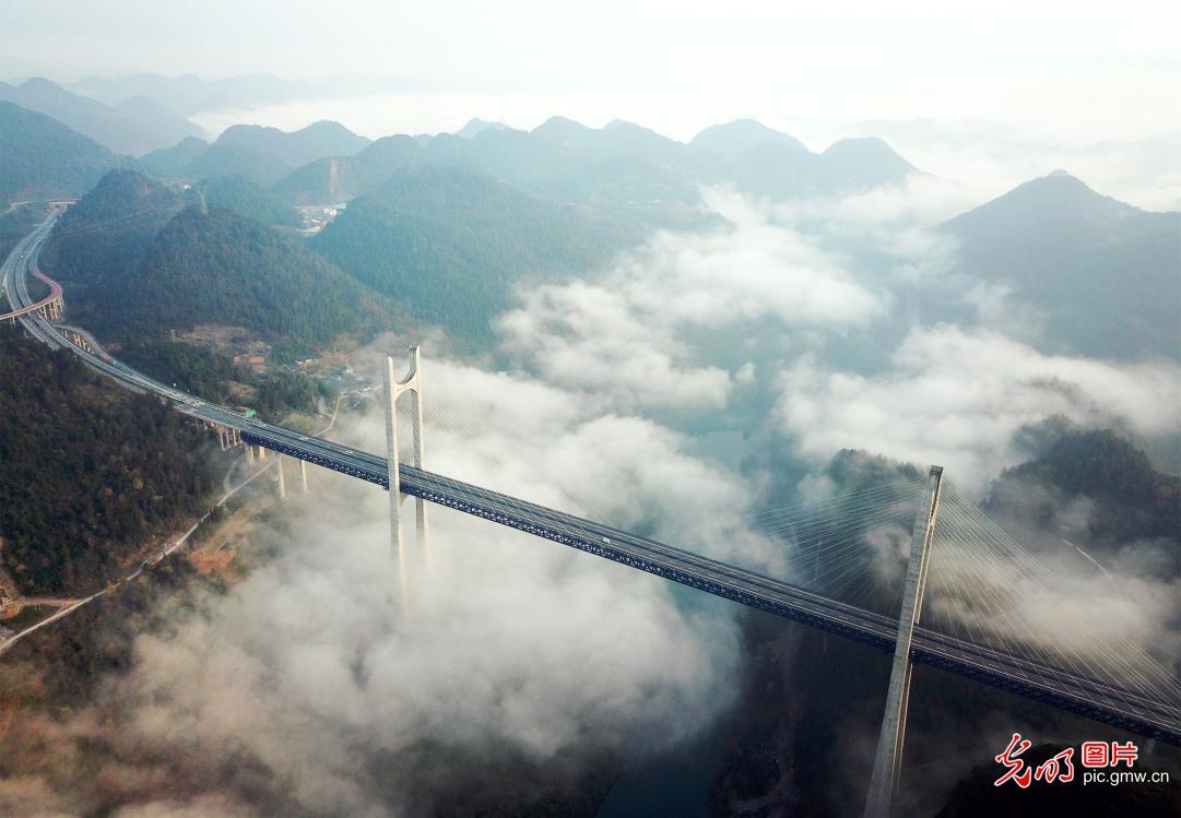 Sea of clouds shrouds Gongshui River Bridge in C China's Hubei