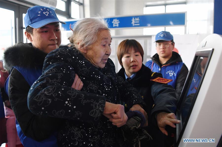 CHINA-GANSU-LANZHOU-SPRING FESTIVAL RUSH-RAILWAY STATION VOLUNTEERS (CN)