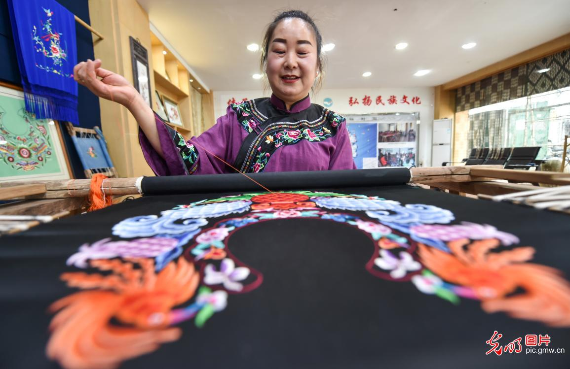 Industry related to Miao embroidery helps villagers shake off poverty in SW China's Guizhou