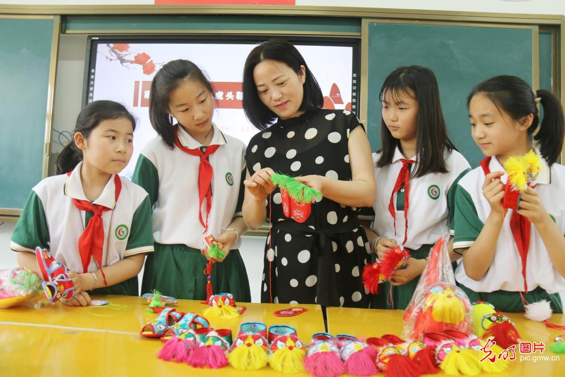 Children learn to make intangible cultural heritage handicrafts to greet International Children's day in E China's Jiangsu