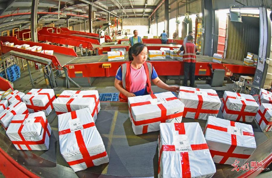 "Express delivery industry prepare for ""618"" online shopping gala in E China's Jiangsu"
