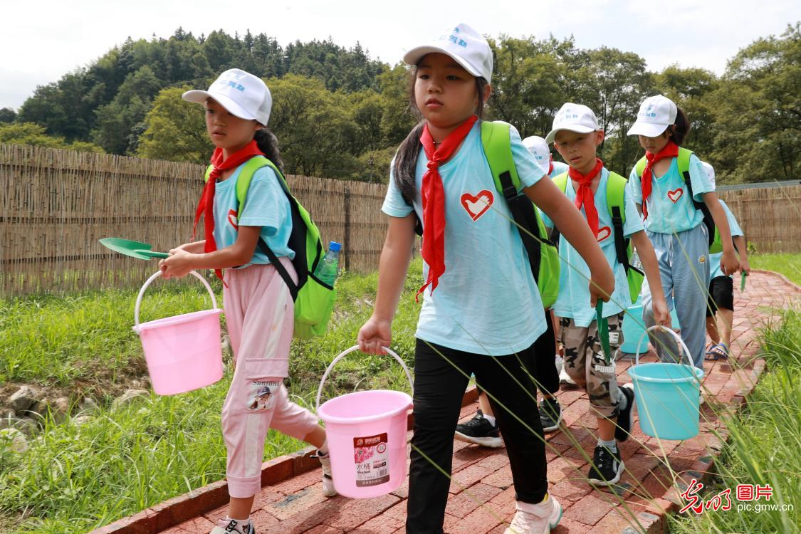 Volunteers care for left-behind children in C China's Hunan