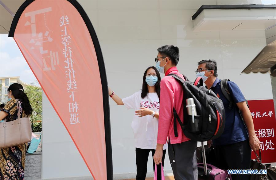 New undergraduates, graduate students register at Minhang campus of East China Normal University