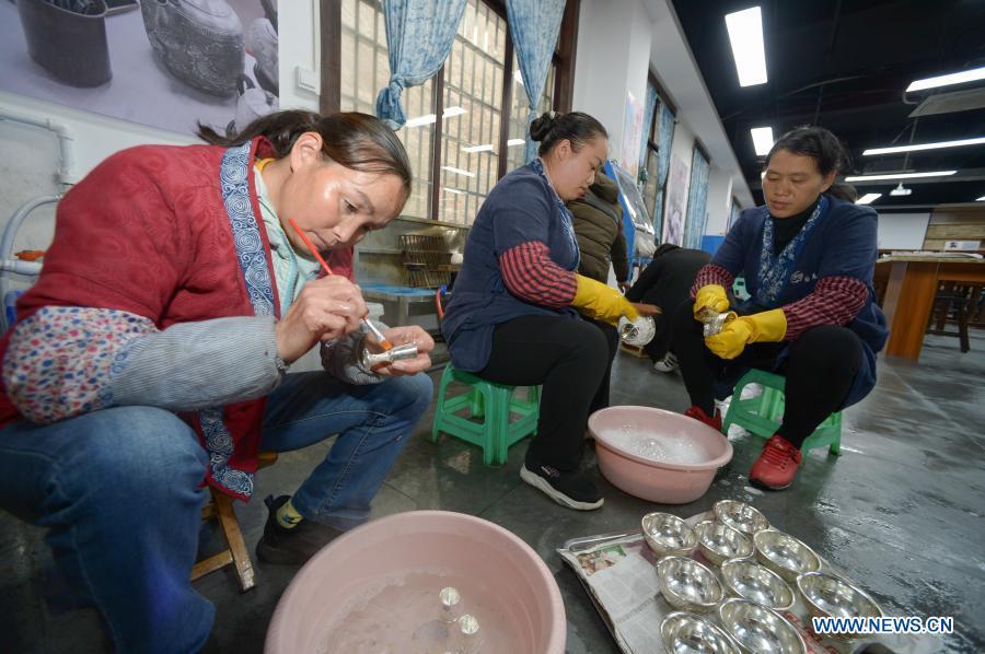 Silverware workshop enters peak sales season in Guizhou