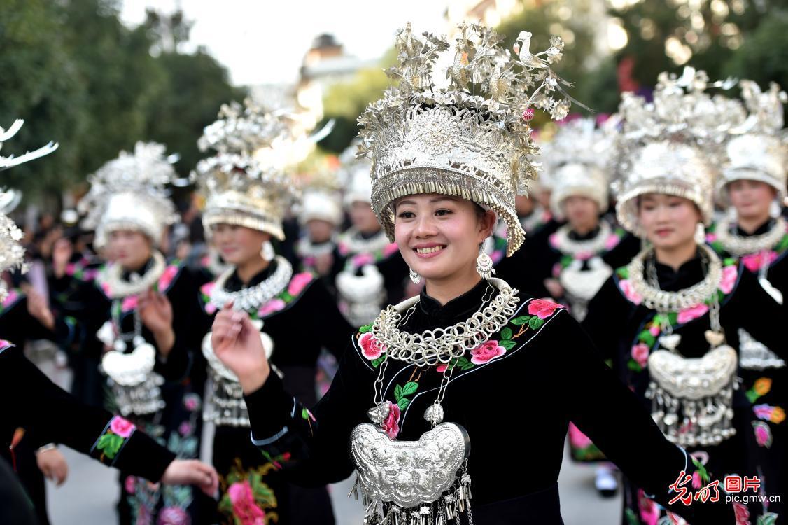 贵州雷山:苗族同胞盛装巡游庆苗年