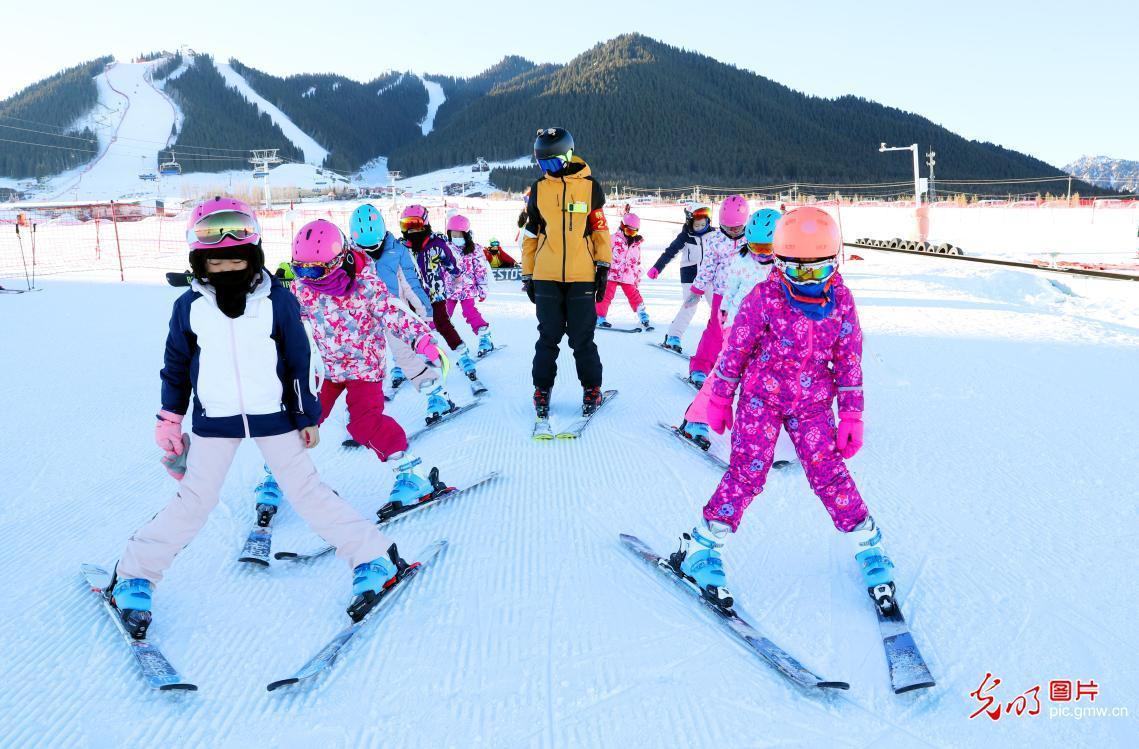乌鲁木齐:冬令营进雪场