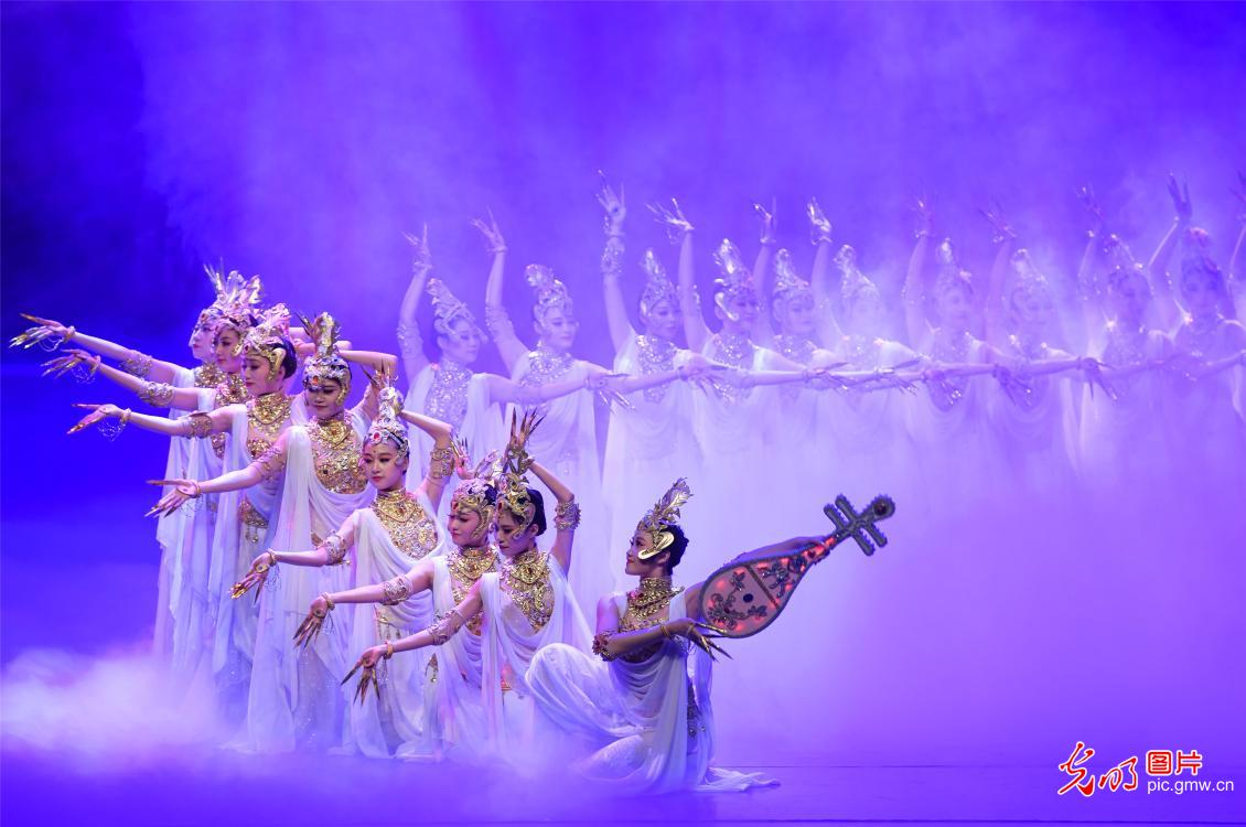 Dance drama 'Silk Road, Flower Rain' dazzles Dunhuang
