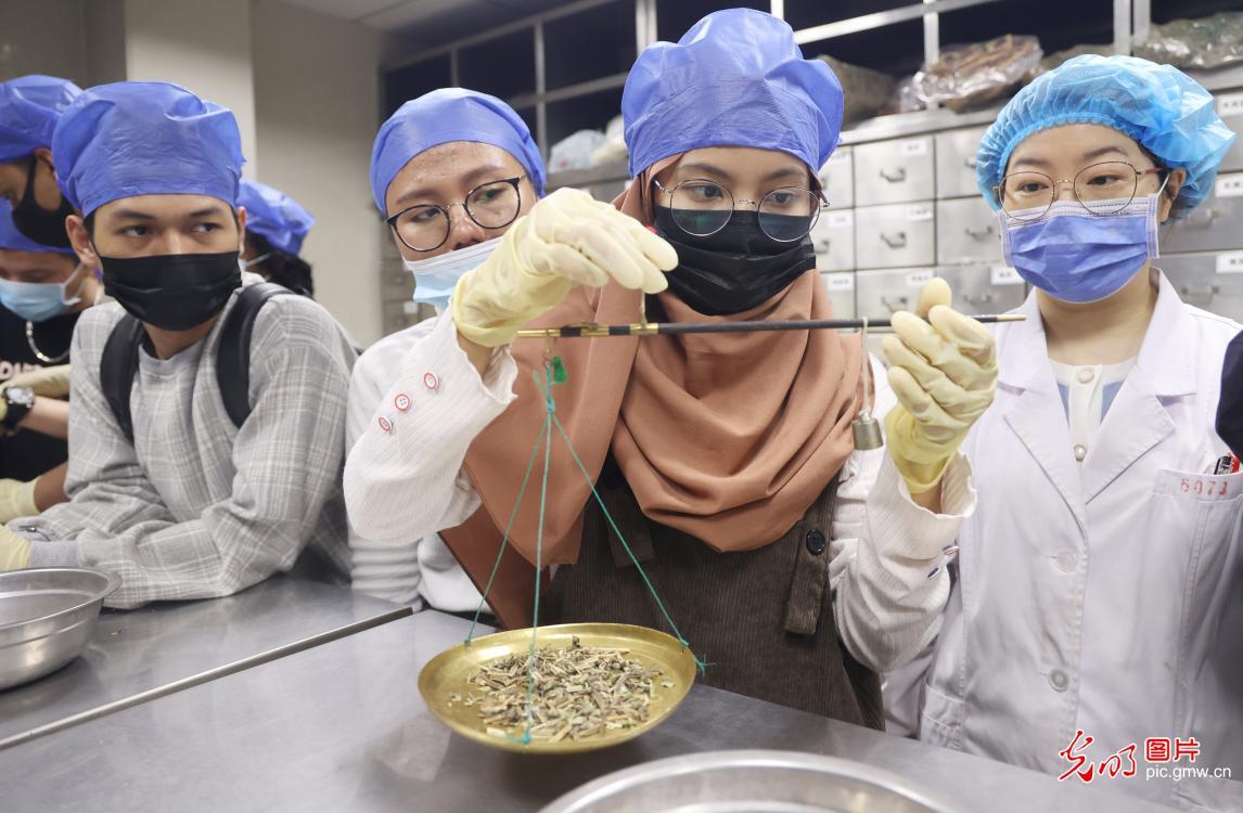 留学生学做香囊 体验中国传统文化