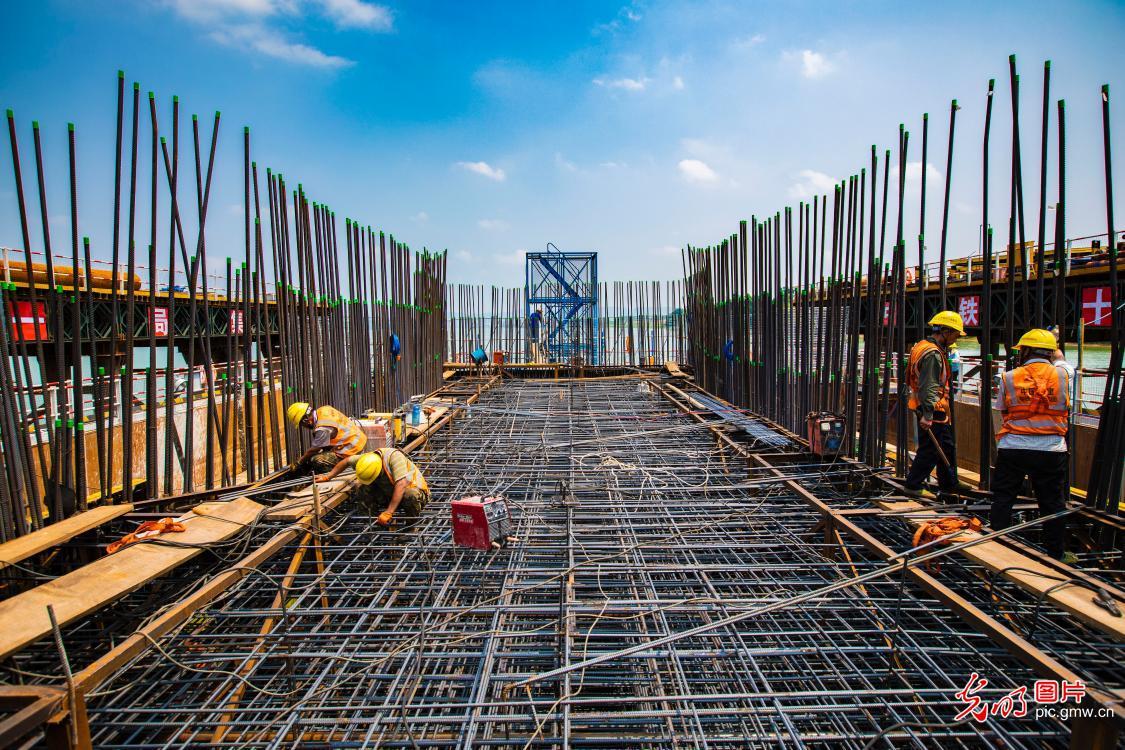 Grand Bridge of Nanning-Yulin high-speed railway under construction