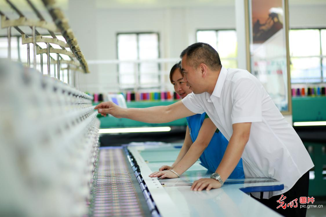 Embroidery workshop helps local poverty alleviation in SW China's Guizhou