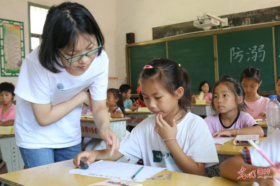 江西遂川:情暖快乐暑期留守孩童