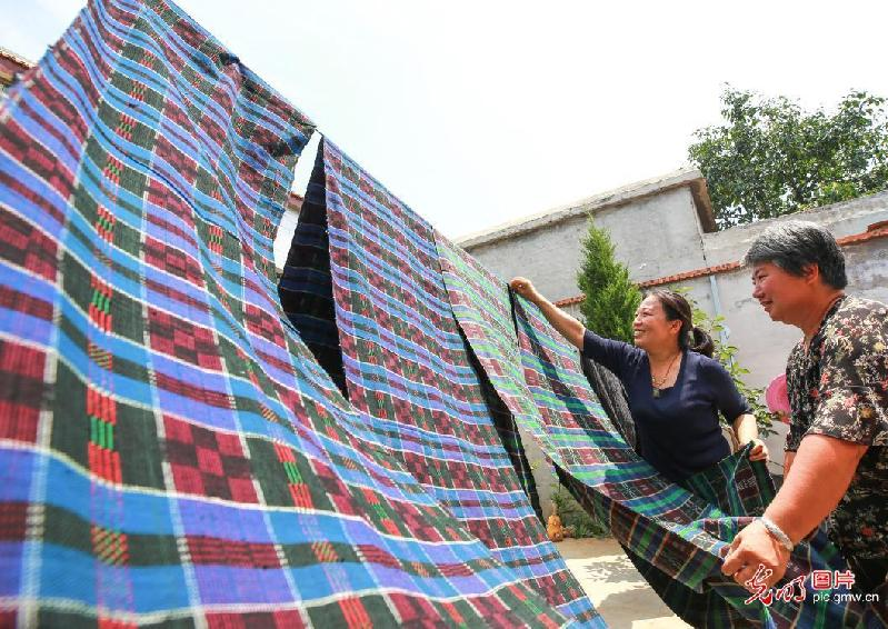 Coarse cloth breaths new life into N China's village