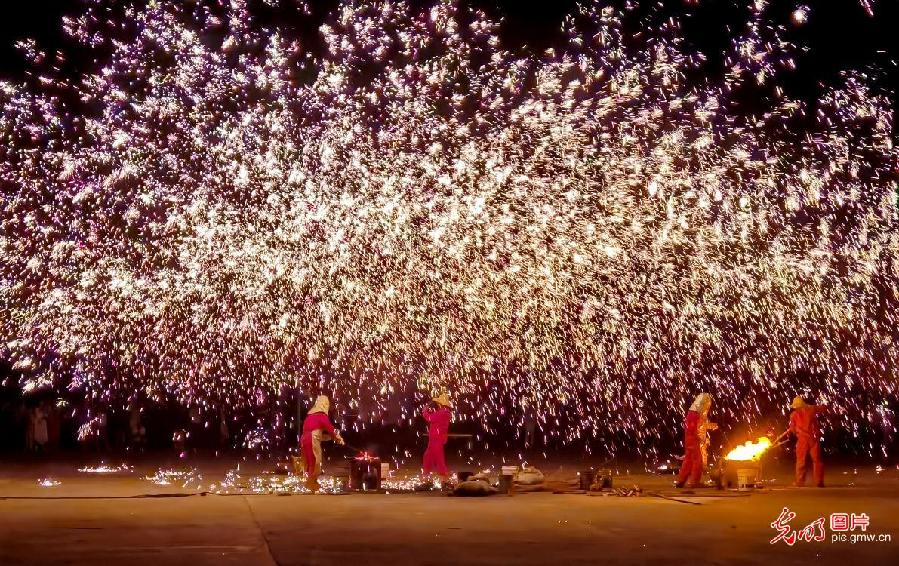 China's unique molten iron throwing tradition presented in N China's Mongolia