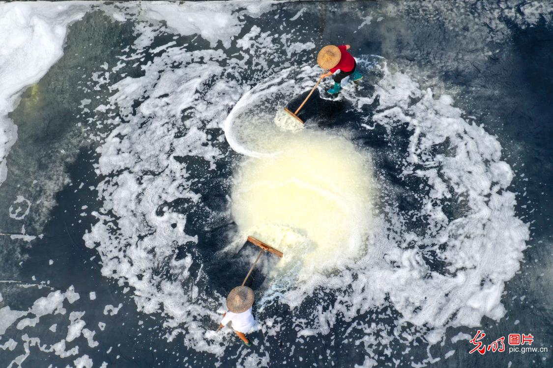Traditional method of salt drying conducted in E China's Zhejiang Province
