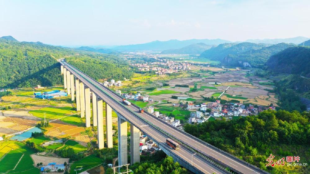 Idyllic rural landscape in C China's Hunan