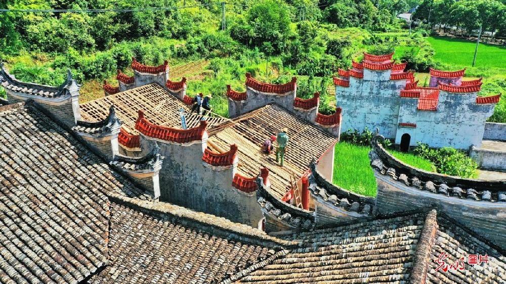 Repair work on ancestral shrine carried out in E China's Jiangxi